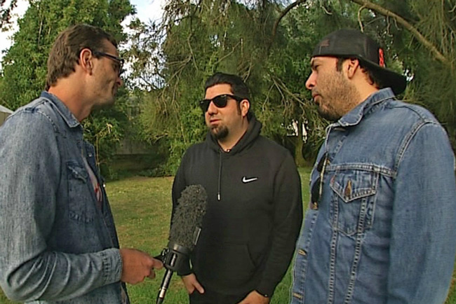 Дэвид Фариер берет интервью у Чино Морено и Фрэнка Делгадо из Deftones на фестивале Big Day Out (17 января 2014 г.)