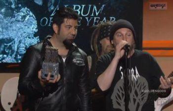 Чино Морено и Эйб Каннингам получают свой приз Revolver Golden Gods 2013 за альбом «Koi No Yokan», ставший «Альбомом года»