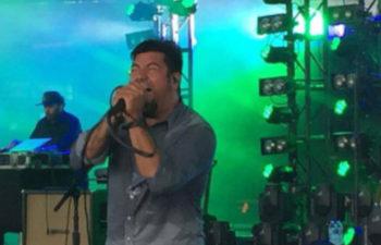 Фрэнк Делгадо (на заднем плане) и Чино Морено во время выступления Deftones в DTE Energy Music Theatre, 22 июля 2015 г.