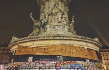 Париж, площадь Республики. Надпись: «Быть человечным»