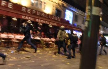 Люди бегут недалеко от площади Place de la Republique в Париже, услышав о том, что возможен взрыв или стрельба. 13 ноября 2015 года.