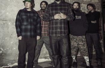 Группа Deftones в полном составе: Эйб Каннингам, Фрэнк Делгадо, Чино Морено, Стивен Карпентер и Сержио Вега