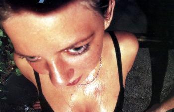 Девушка в бикини на обложке альбома «Around The Fur» группы Deftones