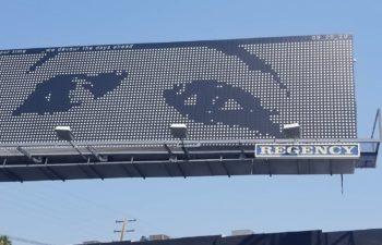 Афиша нового альбома Deftones на одной из парковок Лос-Анджелеса