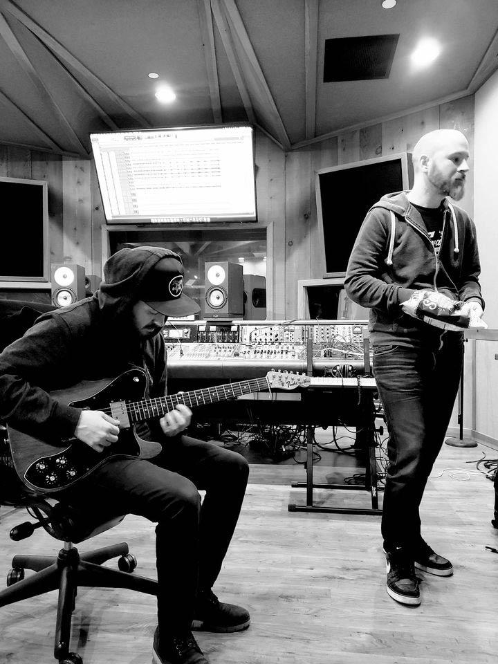 «Стивен, приятель, поторопись, а то он снова взял гитару!» Ричи Лондрес и Дэн Фурд, середина сессии.