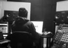 Крис Коммон (Chris Common) делает мастеринг записи Palms